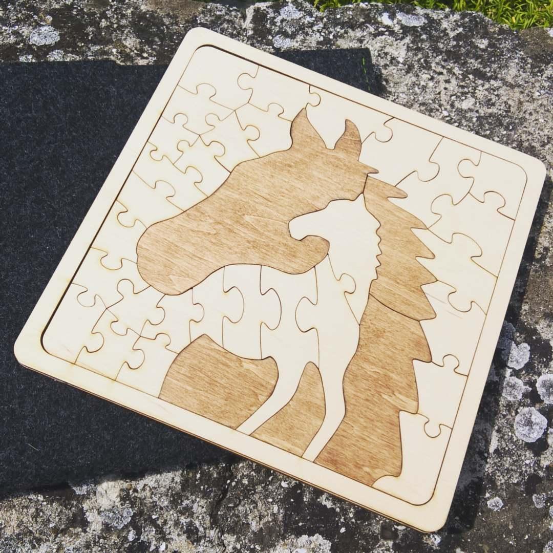 lasesko izrezana lesena sestavljanka konj