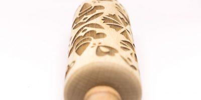lasersko gravirani leseni valjar